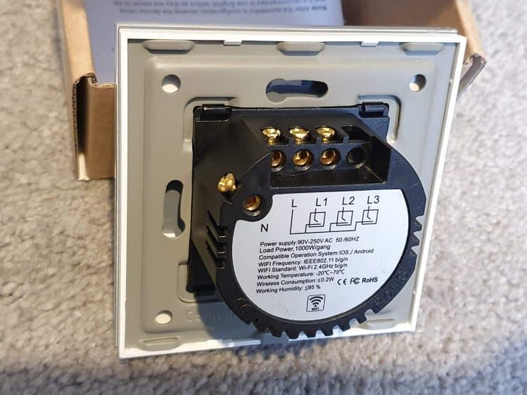 Vista posterior de un interruptor de luz inteligente que requiere un cable neutro