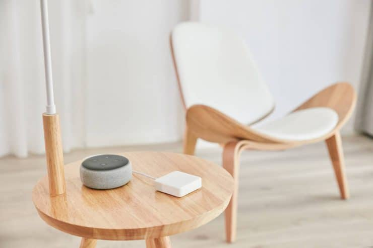 SwitchBot Mini en una mesa con un Amazon Echo Dot