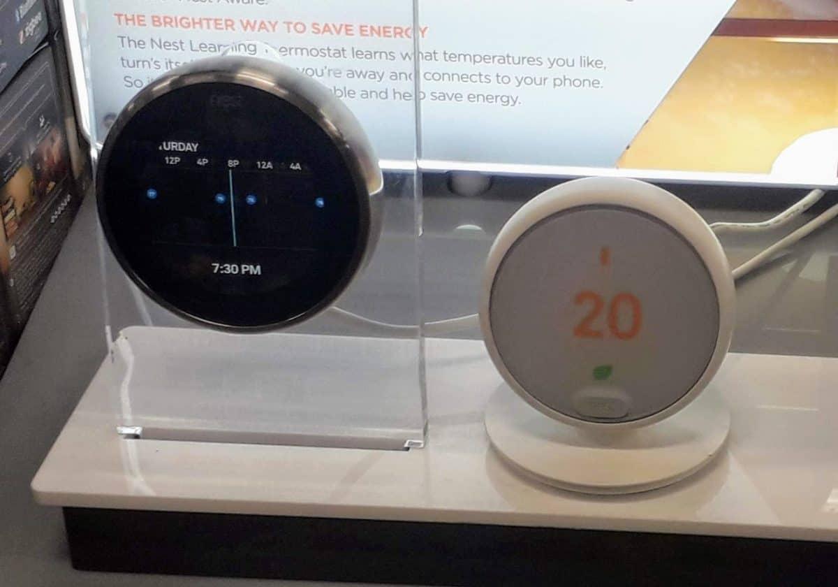 Dos termostatos Google Nest en la tienda, el Learning Thermostat de 3.ª generación y el Thermostat E.