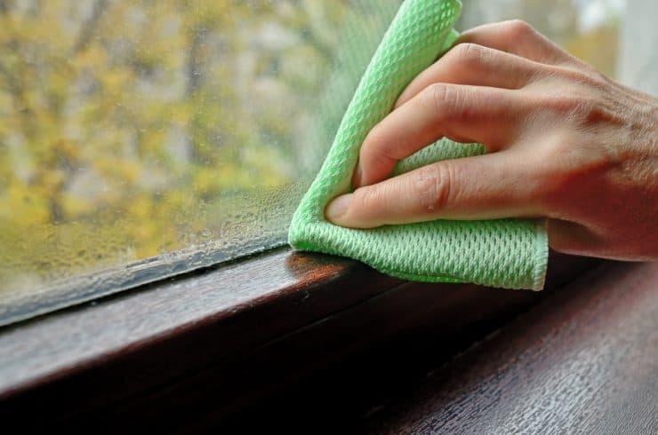 Limpiar la condensación de agua de una ventana