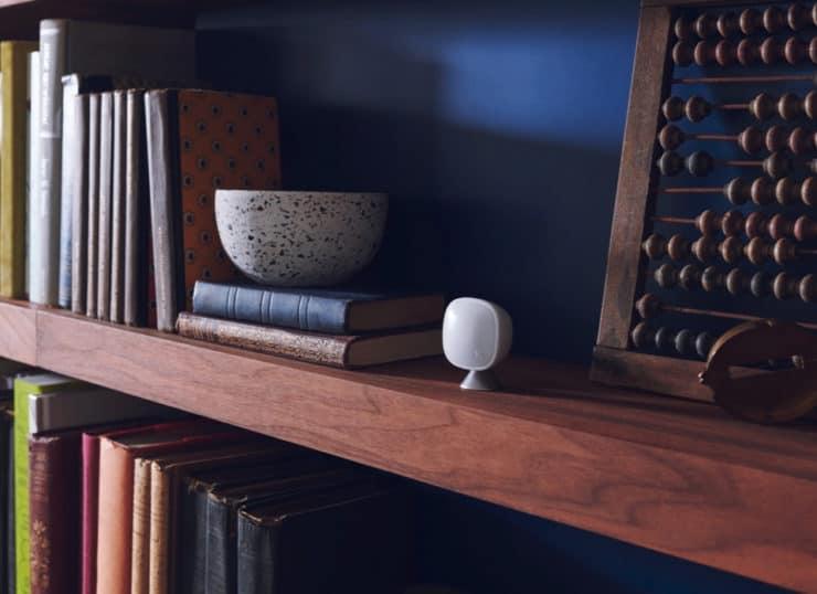 Un sensor de habitación ecobee en un estante para libros.